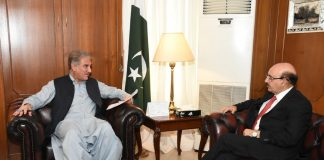 Foreign Minister Shah Mehmood Qureshi discussing Kashmir situation with Azad Kashmir President Masood Khan
