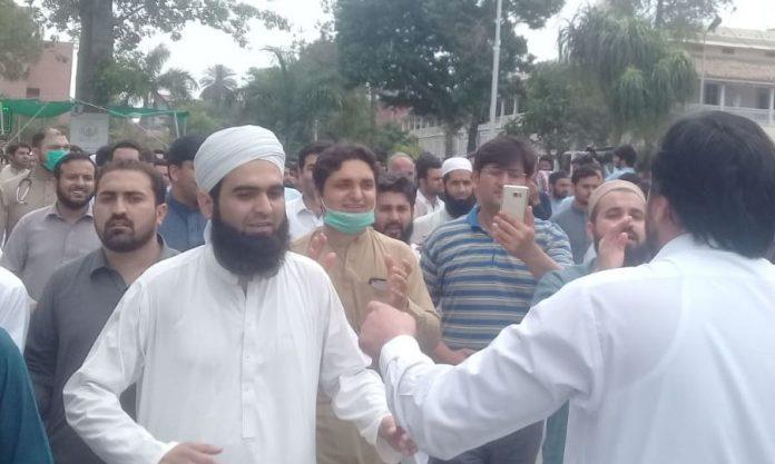 Doctors continue protest across KP despite govt's warning