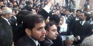 Violent lawyers storm PIC Lahore, broke windows of emergency ward